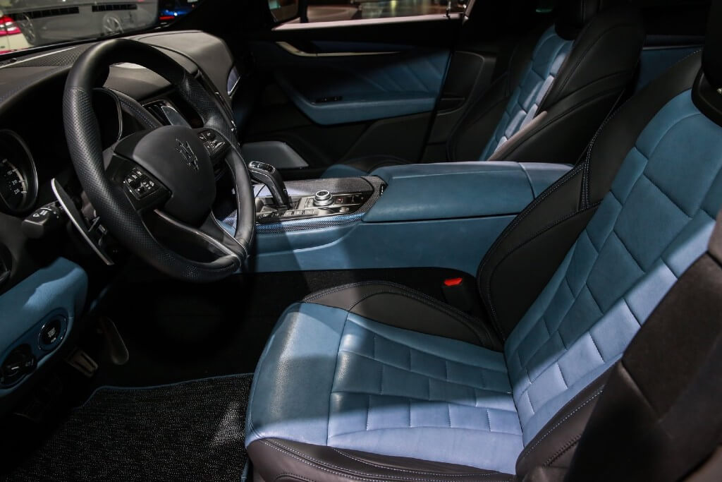 The interior colors of the center console, instrument panel, door panels, and seats of the Levante GTS were inspired by blue denim.